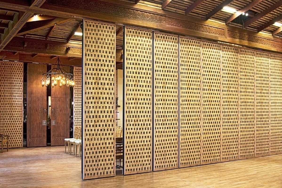Operable partition with reed motif in a restaurant