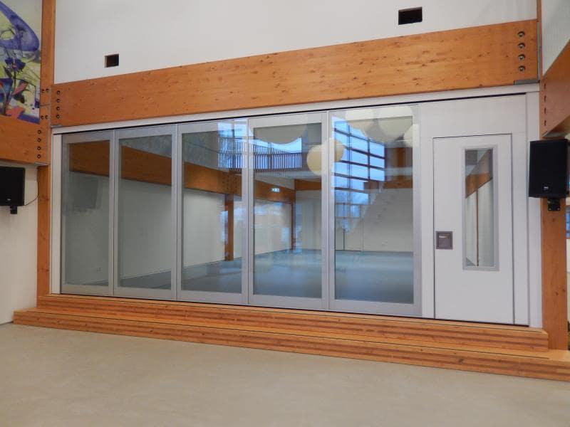 Open glaswanden die geluidsdempend zijn