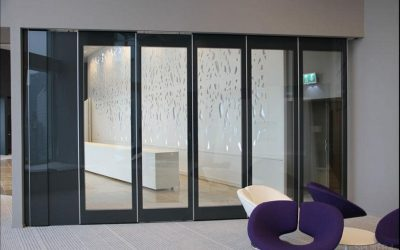 A sound insulating glass wall for light retention