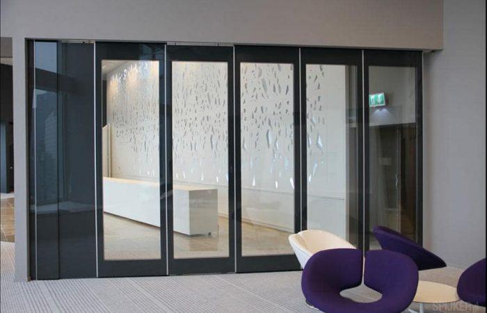 A sound insulating glass wall for light retention