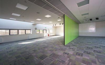 Paneelwand Space in een school