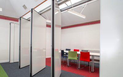 Paneelwand space in een universiteit