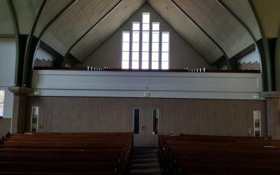 Paneelwand in lobby van een kerk