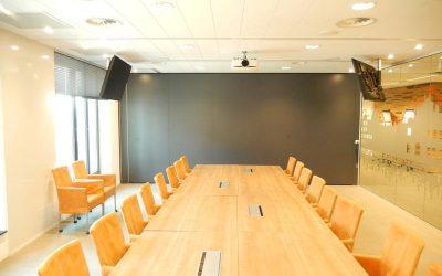 Paneelwand in een kantoor voor vergaderingen