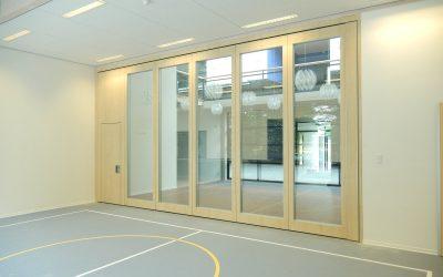 Glaswanden voor een open sfeer in een sportzaal
