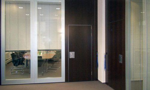 Glaswanden op kantoor voor geluidsdemping en lichtbehoud