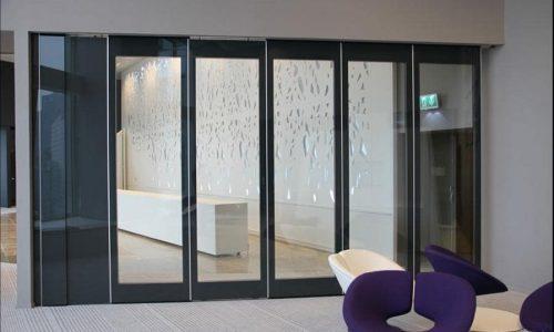 Glaswanden voor lichtbehoud en geluidsdemping