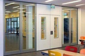 Mobiele glaswand in school