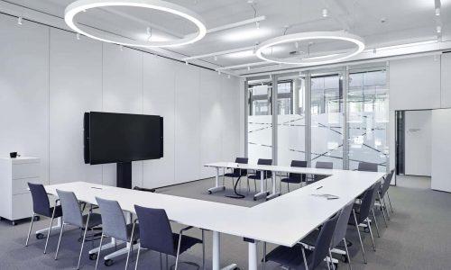 Offerte aanvragen voor paneelwand en glaswand in kantoor