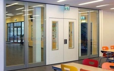 Glaswanden die geluiddempend zijn in een school