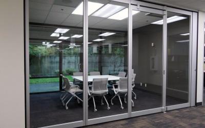 Glaswanden voor open, afgesloten werkplek